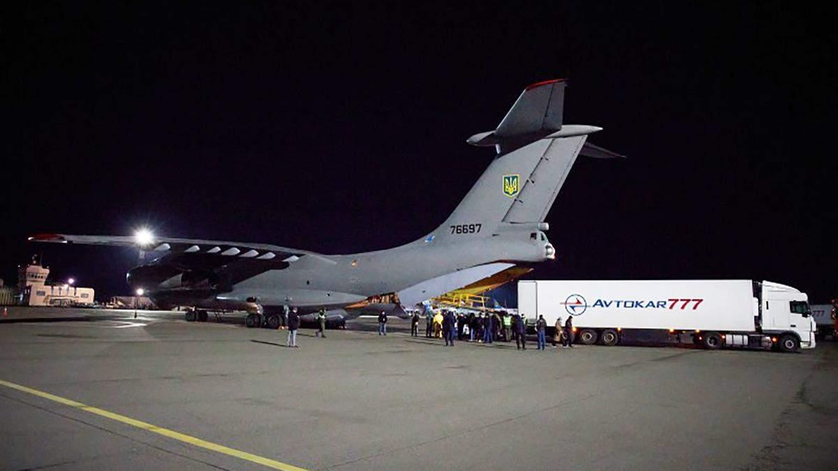 В Украину прибыл самолет с тестами на коронавирус, масками и аппаратами вентиляции легких