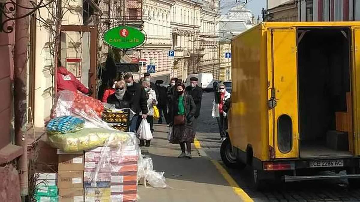 У Чернівцях влада закликала людей запастися їжею: з'явились довгі черги за продуктами – фото