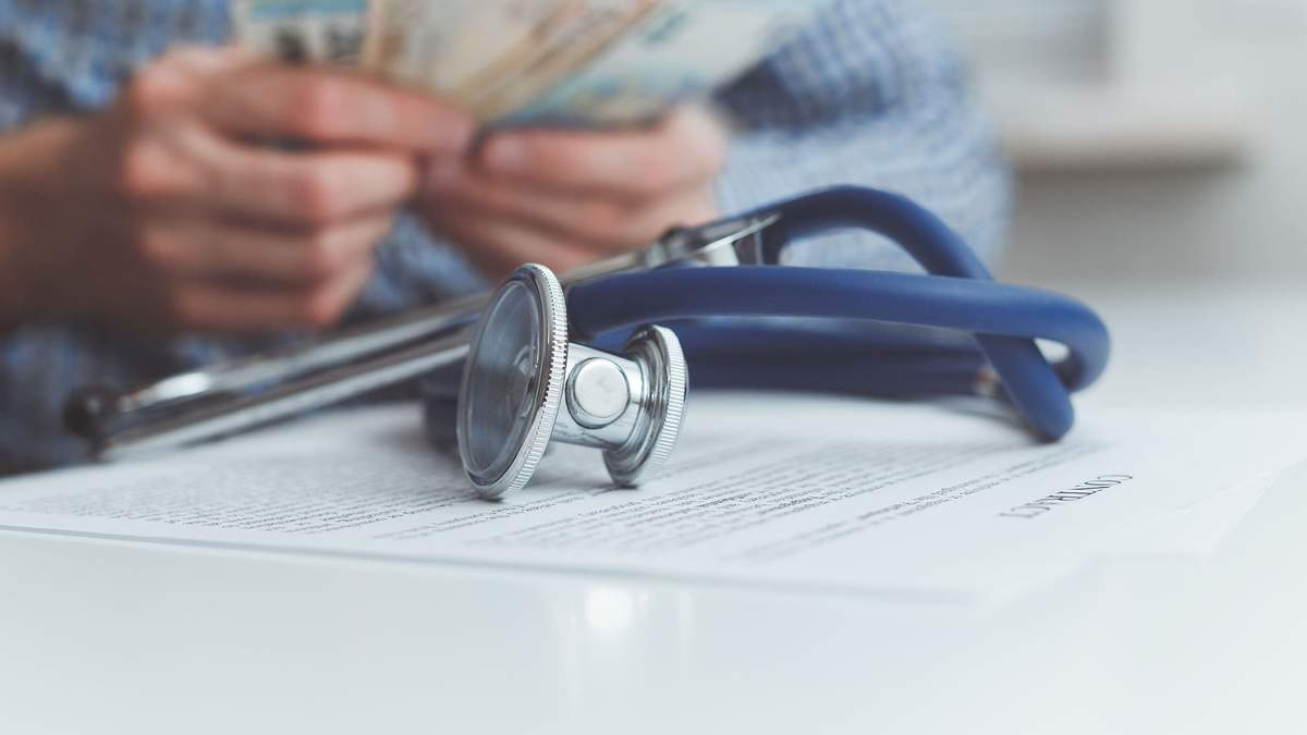 Чому хворих на COVID-19 лікарів відправляють у відпустки, а не на лікарняний