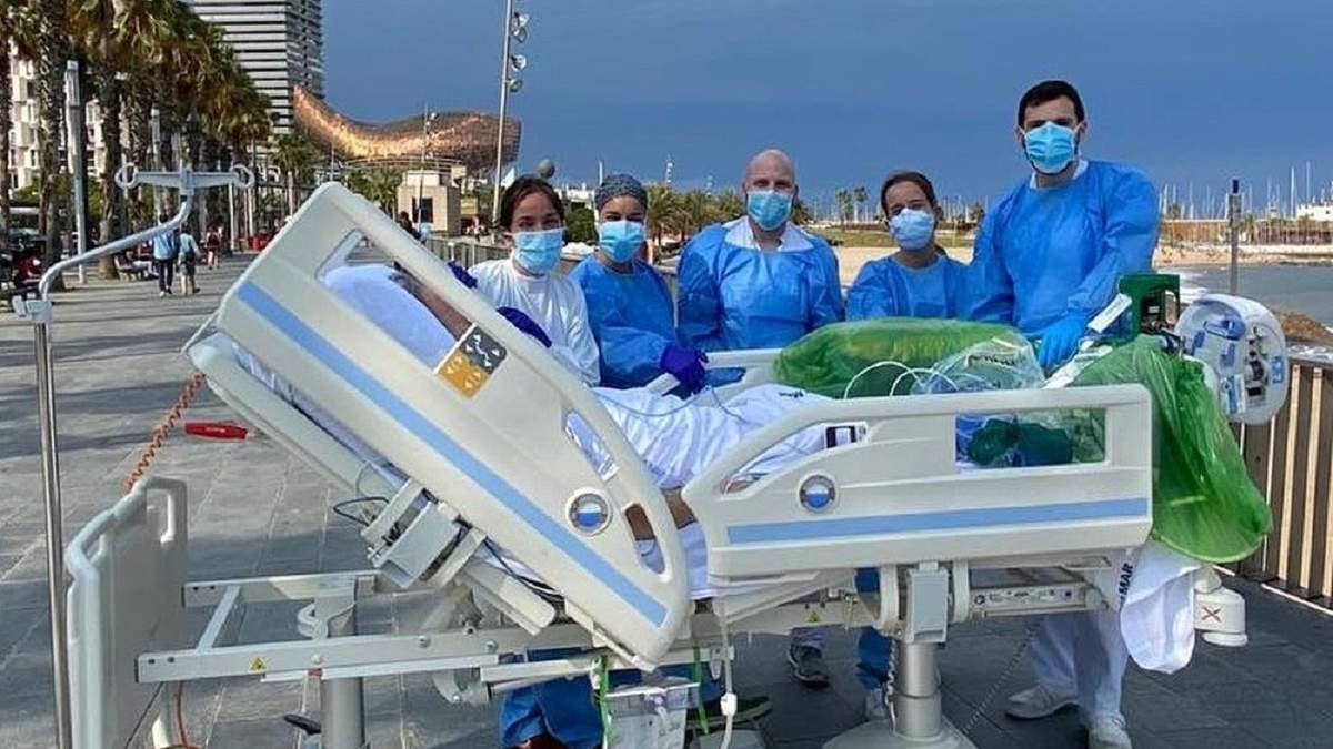 В Испании больных коронавирусом возят на прогулки к морю