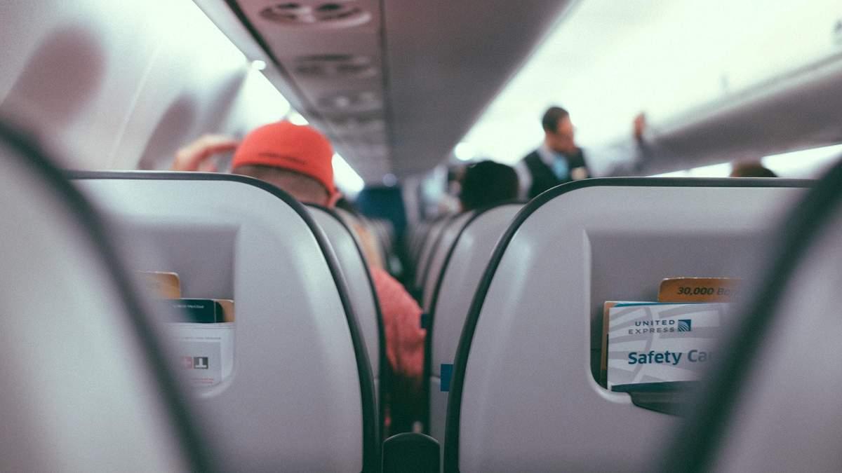 Закладає вуха в літаку