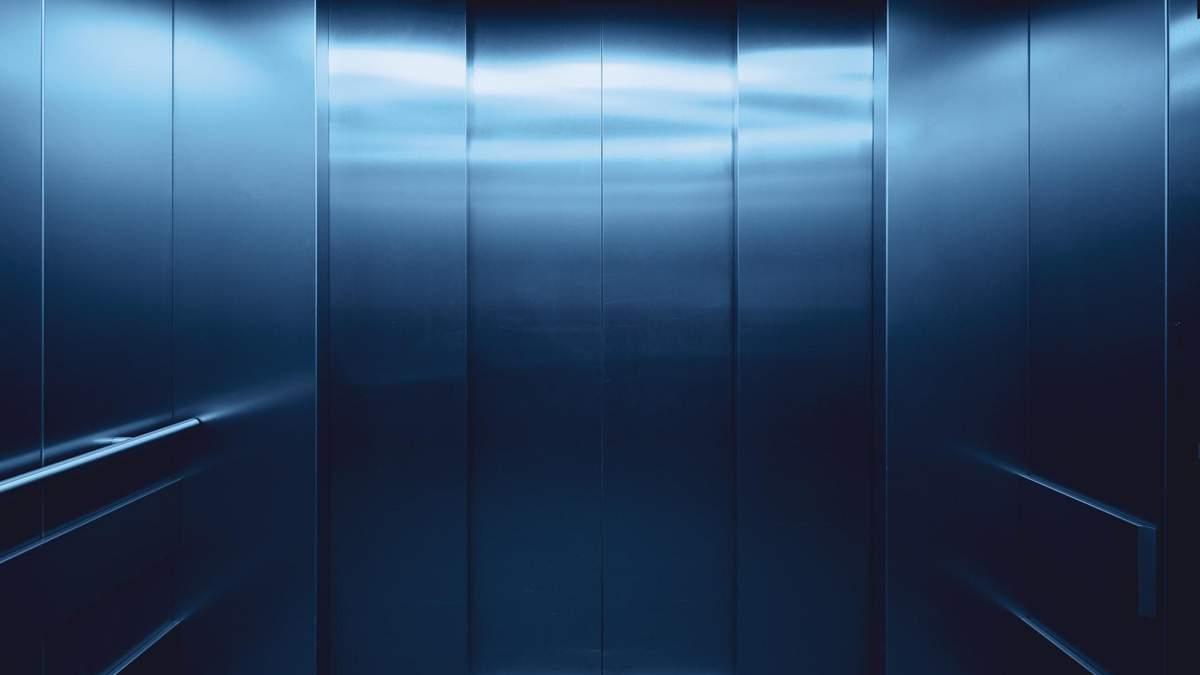 Женщина за одну поездку в лифте заразила 71 человека