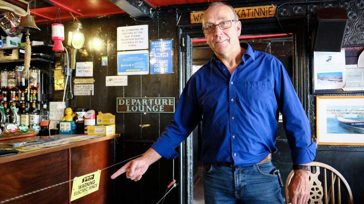 В баре установили ограждение под напряжением из-за коронавируса: объяснение владельцев – фото