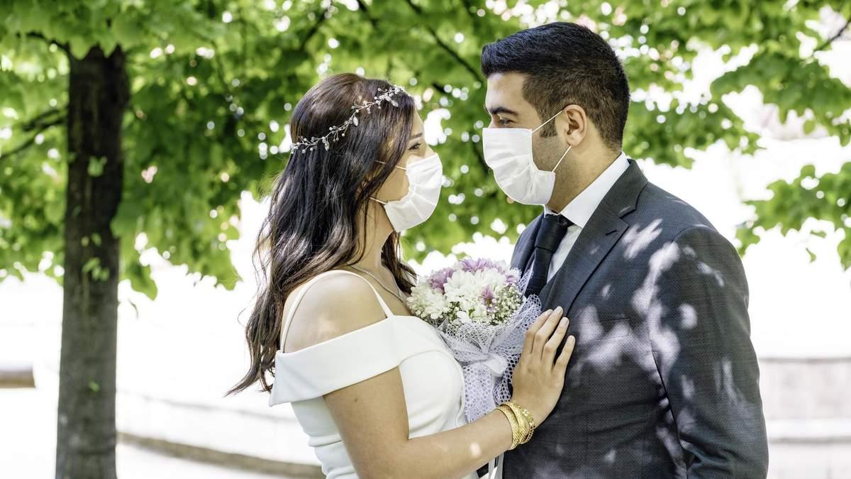 Весілля і церква стали основними причинами поширення COVID-19 на заході України