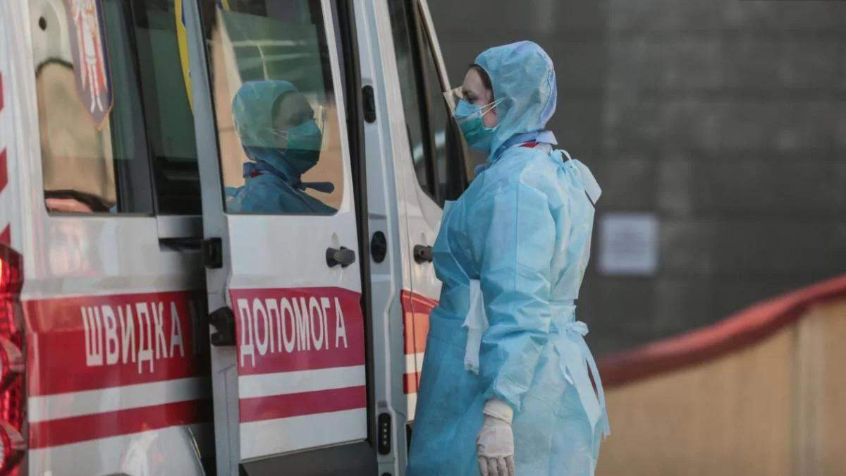 У Рівному медики залишили тіло жінки у під'їзді