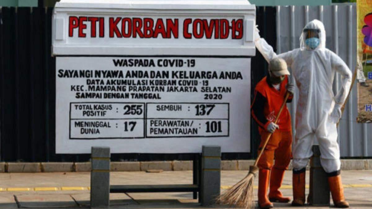 В столице Индонезии установили гроб, чтобы люди серьезнее относились к COVID-19