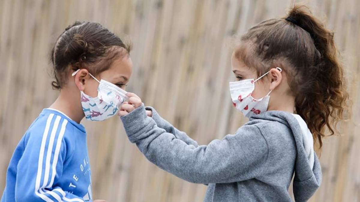 Нужно ли детям носить маски от коронавируса: ВОЗ обновила рекомендации