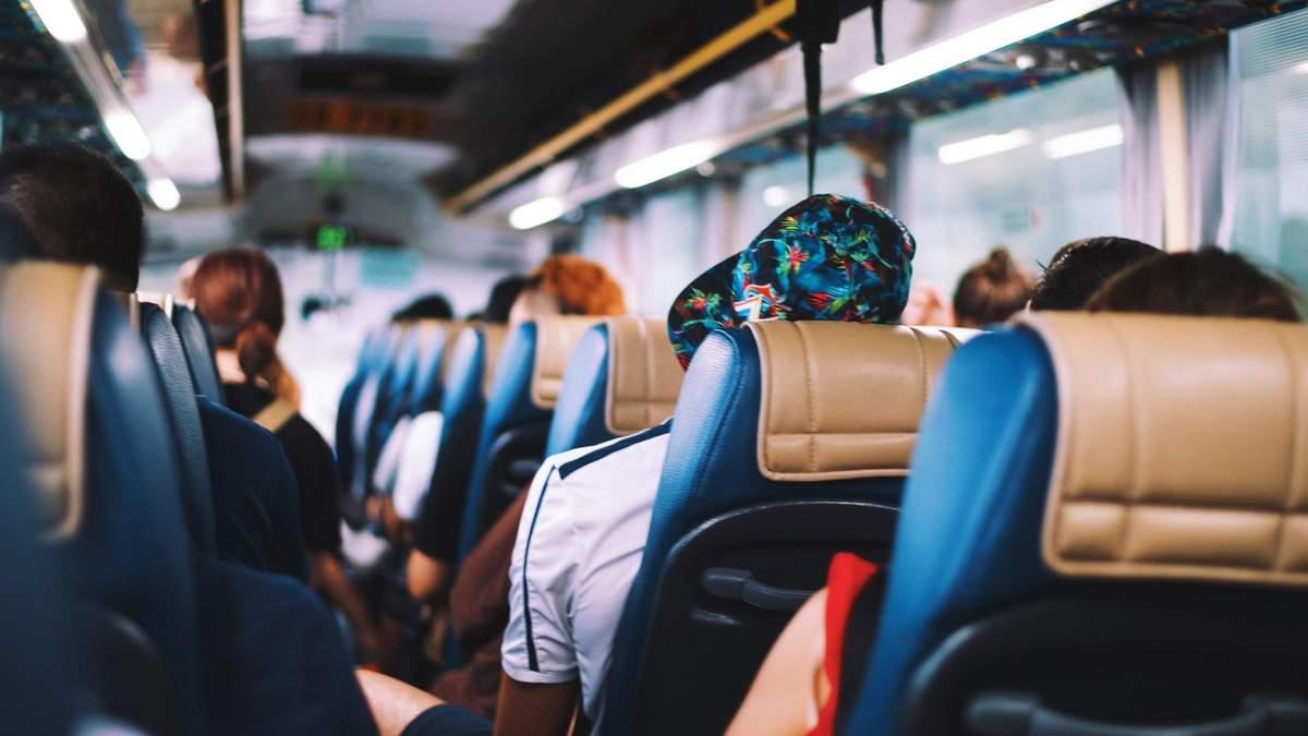 В автобусі одна хвора на коронавірус людина заразила десятки інших пасажирів