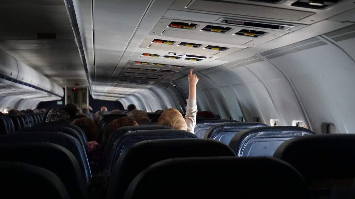 Стюардеса показала найбрудніші місця у літаку, які не дезінфікують: відео