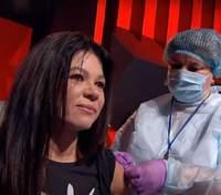 Чтобы повысить доверие: украинские звезды и врачи вакцинировались в прямом эфире