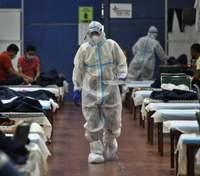 Более 200 тысяч больных в сутки, одна кровать на двоих: Индия заявила о ситуации с COVID