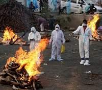 Крематорій посеред парку: в Індії критична ситуація з COVID-19, тіла спалюють надворі