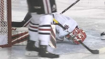 Хокеїст лезом ковзана розрізав ногу воротарю: кров не могли зупинити декілька хвилин (відео 18+)
