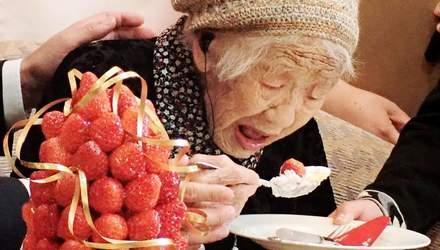 Самая старая женщина мира побила очередной рекорд, отпраздновала это шоколадом и кока-колой