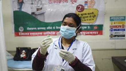 Скандал в Индии: тысячи людей стали участниками теста, думая, что получают вакцину против COVID