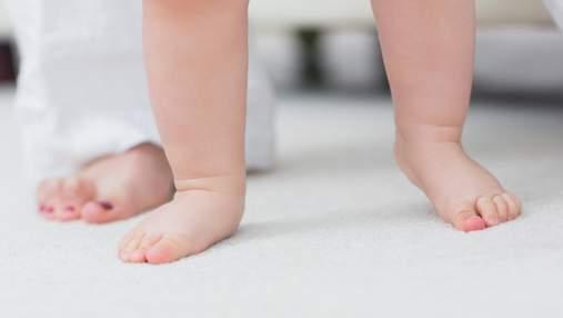 Чи шкідливо немовляті рано вставати на ноги: пояснення Комаровського