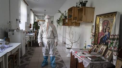 Саморобні костюми захисту та операції на вулиці: AP показав жах лікарень України