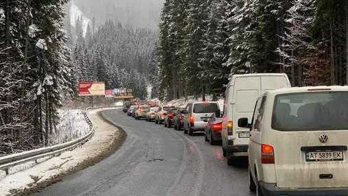 У перший день локдауну – кілометрові черги з машин на Буковель: фото