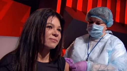 Щоб підвищити довіру: українські зірки та лікарі вакцинувалися у прямому ефірі