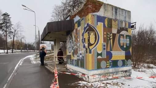 У Рівному чоловіку впав на голову шмат бетону з автобусної зупинки: фото