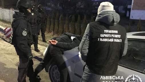 Травили и оставляли на обочине: во Львове задержали банду, которая грабила заробитчан – фото