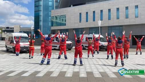 Медики швидкої танцюють в центрі Харкова: фото, відео