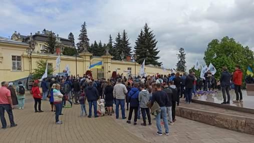 Без масок, дистанции и со странными требованиями: во Львове устроили митинг против вакцинации