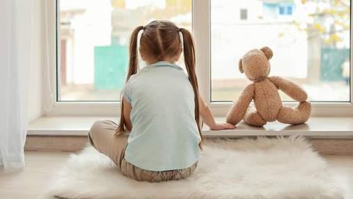 С какого возраста ребенка можно оставлять одного дома: практические рекомендации